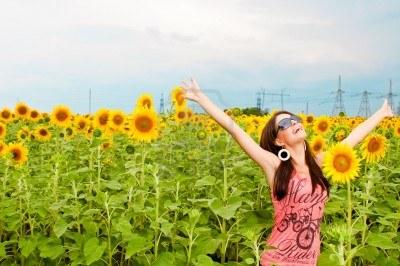 5241598-mujer-divirtiendose-en-el-campo-lleno-de-girasoles
